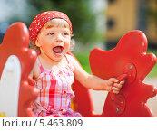 Купить «Девочка играет на детской площадке», фото № 5463809, снято 16 июля 2009 г. (c) Станислав Фридкин / Фотобанк Лори