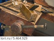 Купить «Тиски старого верстака», фото № 5464929, снято 8 января 2014 г. (c) Александр Романов / Фотобанк Лори