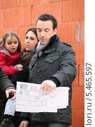 Купить «Мужчина на стройке вместе со своей семьей», фото № 5465597, снято 21 января 2010 г. (c) Phovoir Images / Фотобанк Лори