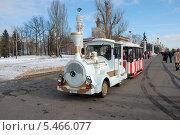Купить «Экскурсионный паровозик на территории ВВЦ (ВДНХ) в Москве», эксклюзивное фото № 5466077, снято 8 марта 2011 г. (c) lana1501 / Фотобанк Лори