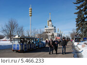 Купить «Люди гуляют по аллее на ВВЦ (ВДНХ) солнечным весенним днем в Москве», эксклюзивное фото № 5466233, снято 8 марта 2011 г. (c) lana1501 / Фотобанк Лори