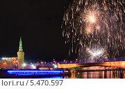 Салют в новогоднюю ночь около Кремля (2014 год). Стоковое фото, фотограф Алёшина Оксана / Фотобанк Лори