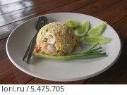 Блюдо с рисом на тарелке стоящей на деревянном столе. Стоковое фото, фотограф Гуляева Юлия / Фотобанк Лори