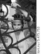 Купить «Портрет девушки у решётки ворот», фото № 5475753, снято 18 июля 2013 г. (c) Александра Орехова / Фотобанк Лори