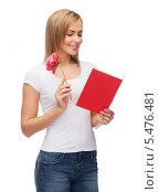 улыбающаяся блондинка с открыткой и пионом в руке. Стоковое фото, фотограф Syda Productions / Фотобанк Лори