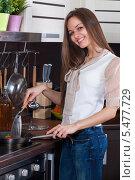 Стройная девушка с улыбкой готовит овощи на своей кухне. Стоковое фото, фотограф Okssi / Фотобанк Лори