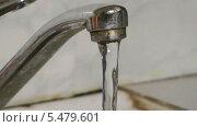 Купить «Вода течет из водопроводного крана», видеоролик № 5479601, снято 13 января 2014 г. (c) Андрей Некрасов / Фотобанк Лори