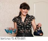 Купить «Счастливая женщина с чайником и бокалами в руках», эксклюзивное фото № 5479681, снято 7 января 2014 г. (c) Игорь Низов / Фотобанк Лори