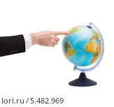 Купить «рука бизнесмена указывает на глобус», фото № 5482969, снято 14 ноября 2013 г. (c) Syda Productions / Фотобанк Лори