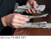 Парень подсчитывает деньги. Стоковое фото, фотограф Игорь Низов / Фотобанк Лори