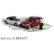 Авария двух автомобилей, деньги, полиция на белом фоне (2014 год). Редакционное фото, фотограф Алексей Карпов / Фотобанк Лори