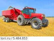 Купить «Перегрузка зерна с  комбайна в зерновой бункер тракторного прицепа», фото № 5484853, снято 10 июля 2013 г. (c) Швадчак Василий / Фотобанк Лори