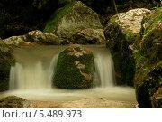 Небольшой горный водопад среди камней, поросших мхом. Стоковое фото, фотограф Ольга / Фотобанк Лори