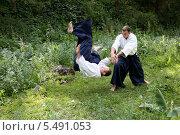 Обучение боевому искусству Айкидо на природе в летний день. Стоковое фото, фотограф Андрей Новосёлов / Фотобанк Лори