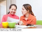 Купить «Мать с дочерью проверяют счета», фото № 5492233, снято 5 декабря 2012 г. (c) Яков Филимонов / Фотобанк Лори