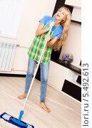 Купить «Веселая девушка со шваброй», фото № 5492613, снято 24 марта 2013 г. (c) Гладских Татьяна / Фотобанк Лори