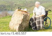 Купить «Пожилой мужчина в инвалидном кресле играет в шахматы сам с собой на природе», фото № 5493557, снято 24 апреля 2013 г. (c) Вячеслав Николаенко / Фотобанк Лори