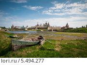Лодка на фоне Соловецкого монастыря (2013 год). Редакционное фото, фотограф Алексей Сергевич / Фотобанк Лори