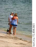 Купить «Две девушки стоят на берегу моря», эксклюзивное фото № 5494861, снято 27 августа 2013 г. (c) Щеголева Ольга / Фотобанк Лори