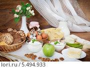 Купить «Натюрморт из молочных продуктов с хлебом, медом и орехами», фото № 5494933, снято 1 ноября 2013 г. (c) Алексей Кузнецов / Фотобанк Лори