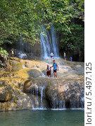 Туристы на фоне водопада Сайок Ной (Sai Yok Waterfall). Национальный парк Сай Йок, Канчанабури, Королевство Таиланд (2013 год). Редакционное фото, фотограф Григорий Писоцкий / Фотобанк Лори