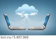 Купить «два ноутбука с облаком между ними», фото № 5497969, снято 14 ноября 2013 г. (c) Syda Productions / Фотобанк Лори
