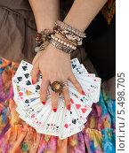 Купить «Карты в руках гадалки», фото № 5498705, снято 25 февраля 2020 г. (c) Виктория Чеканова / Фотобанк Лори