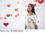 Купить «Красивая молодая брюнетка на фоне с красными сердечками», фото № 5498829, снято 22 ноября 2013 г. (c) Raev Denis / Фотобанк Лори