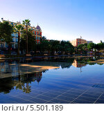 Дома и деревья Place Massena отражается в водоеме в центре Ниццы (2013 год). Стоковое фото, фотограф Марина Валентиновна Фор / Фотобанк Лори