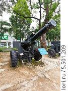 Купить «Американская 155 мм гаубица M114 во дворе Музея Жертв Войны. Хошимин, Вьетнам», фото № 5501209, снято 18 сентября 2013 г. (c) Иван Марчук / Фотобанк Лори