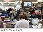 Купить «Москва, москвичи покеупают книги в магазине Библиоглобус», эксклюзивное фото № 5504569, снято 14 декабря 2013 г. (c) Дмитрий Неумоин / Фотобанк Лори