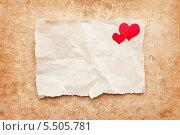 Рваный и мятый лист бумаги на картонном фоне. Стоковое фото, фотограф Viktor Gladkov / Фотобанк Лори
