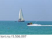 Яхта под парусом и отдыхающие на водном мотоцикле. Sai keaw Beach или Военный пляж. Паттайя, Королевство Таиланд (2014 год). Редакционное фото, фотограф Григорий Писоцкий / Фотобанк Лори