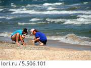 Купить «Дети играют на берегу моря», эксклюзивное фото № 5506101, снято 20 августа 2013 г. (c) Щеголева Ольга / Фотобанк Лори