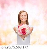 Купить «улыбающаяся девушка протягивает букет цветов в камеру», фото № 5508177, снято 5 декабря 2013 г. (c) Syda Productions / Фотобанк Лори