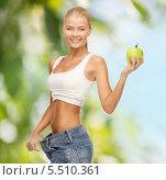 Купить «стройная девушка оттягивает в сторону пояс джинсов, которые ей велики», фото № 5510361, снято 23 марта 2013 г. (c) Syda Productions / Фотобанк Лори