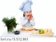 Купить «Маленькая девочка готовит пиццу с сыром и овощами. Изолировано на белом», фото № 5512861, снято 2 мая 2013 г. (c) Александр Волков / Фотобанк Лори