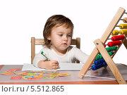 Купить «Маленькая девочка учится считать», фото № 5512865, снято 1 октября 2012 г. (c) Александр Волков / Фотобанк Лори
