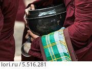 Горшок для подаяний буддистских монахов на церемонии кормление монахов в монастыре Mahar Gandar Yone в Мьянма. Стоковое фото, фотограф Гуляева Юлия / Фотобанк Лори