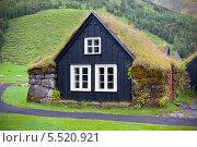 Купить «Типичный исландский дом с поросшей травой крышей», фото № 5520921, снято 9 августа 2012 г. (c) Анастасия Золотницкая / Фотобанк Лори