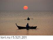 Купить «Рыбаки на закате на  Андаманском море, Тайланд», фото № 5521201, снято 13 января 2014 г. (c) Natalya Sidorova / Фотобанк Лори
