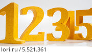Желтые цифры на белом фоне. Стоковое фото, фотограф Александр Овчинников / Фотобанк Лори