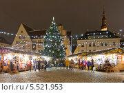 Купить «Рождественская ярмарка на Ратушной площаде в центре Таллина, Эстония», эксклюзивное фото № 5521953, снято 6 января 2014 г. (c) Литвяк Игорь / Фотобанк Лори