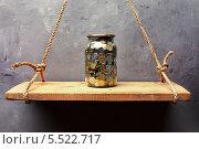 Стеклянная банка с монетами на старой деревянной полке. Стоковое фото, фотограф Viktor Gladkov / Фотобанк Лори