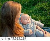 Молодая мама со спящим малышом на руках (2012 год). Редакционное фото, фотограф Марина Гуменюк / Фотобанк Лори
