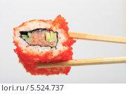 Купить «Японская кухня. Ролл Калифорния и палочки крупно», эксклюзивное фото № 5524737, снято 15 января 2014 г. (c) Яна Королёва / Фотобанк Лори