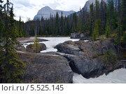 Река Kicking Horse между камней, Канада. Стоковое фото, фотограф Galina Vydryakova / Фотобанк Лори