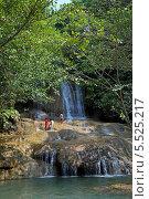 Туристы на фоне водопада Сайок Ной (Sai Yok Waterfall). Национальный парк Сай Йок, Канчанабури, Королевство Таиланд (2013 год). Стоковое фото, фотограф Григорий Писоцкий / Фотобанк Лори