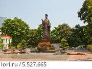 Купить «Статуя вьетнамского императора Ли Тхай То (974-1028). Парк Индиры Ганди, Ханой, Вьетнам», фото № 5527665, снято 21 сентября 2013 г. (c) Иван Марчук / Фотобанк Лори