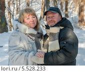 Купить «Счастливая пара. Весёлые женщина и мужчина в лесу на прогулке зимой», эксклюзивное фото № 5528233, снято 25 января 2014 г. (c) Игорь Низов / Фотобанк Лори
